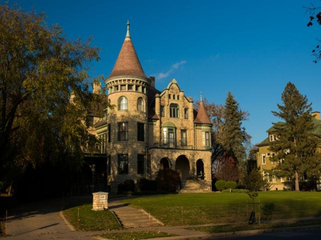 Castle La Crosse Bed & Breakfast