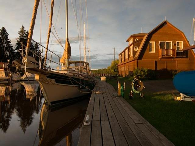 Siskiwit Bay Marina & Lodging (at the Fo'c'sle Inn)