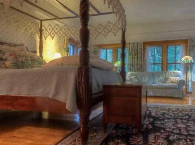 Relax in style atWhite Lace InnLocated in Sturgeon Bay WIView Listing